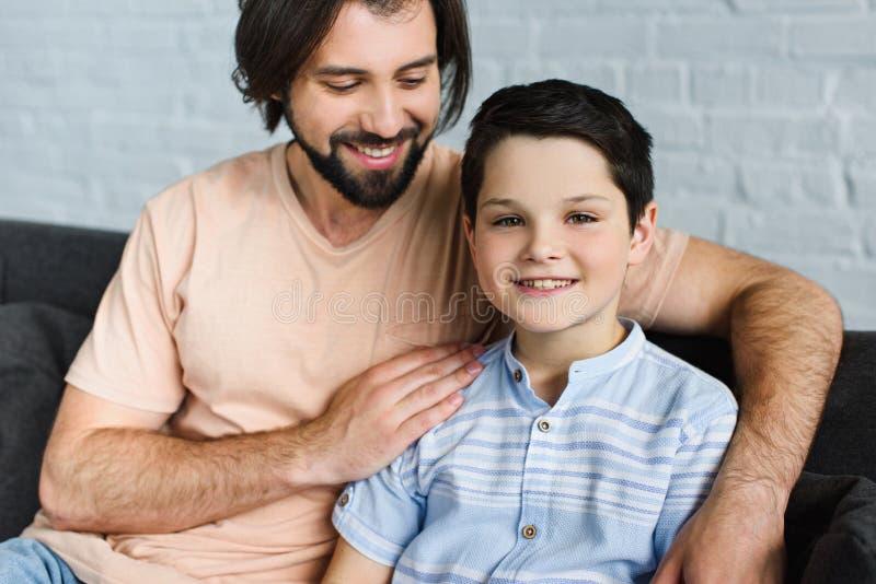 πορτρέτο της ευτυχούς οικογένειας που στηρίζεται στον καναπέ στοκ φωτογραφίες με δικαίωμα ελεύθερης χρήσης