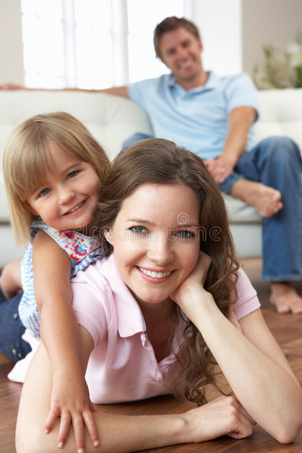 Πορτρέτο της ευτυχούς οικογένειας που χαλαρώνει στο σπίτι στοκ εικόνες με δικαίωμα ελεύθερης χρήσης