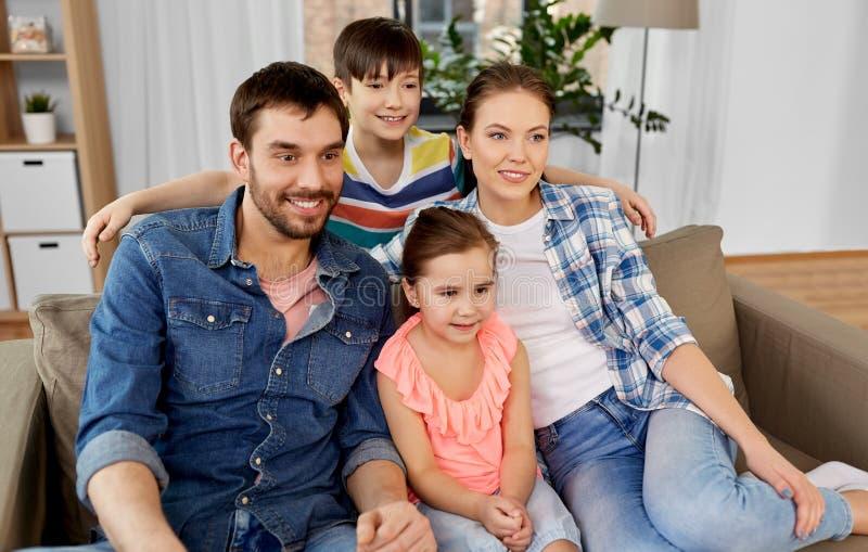 Πορτρέτο της ευτυχούς οικογένειας στο σπίτι στοκ εικόνες