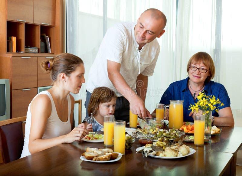 Πορτρέτο της ευτυχούς οικογένειας τριών γενεών που θέτει μαζί στοκ φωτογραφίες