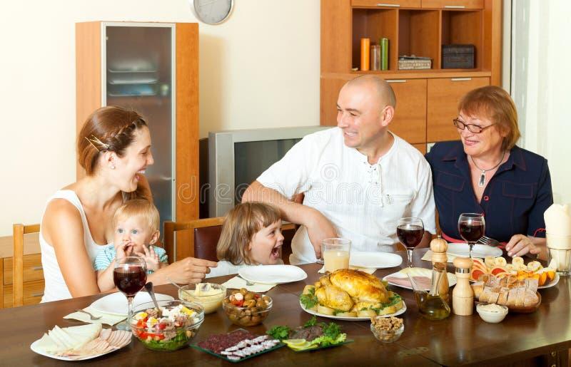 Πορτρέτο της ευτυχούς οικογένειας τριών γενεών που θέτει μαζί στοκ φωτογραφία
