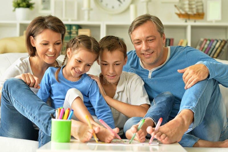 Πορτρέτο της ευτυχούς οικογενειακής ζωγραφικής στοκ φωτογραφία με δικαίωμα ελεύθερης χρήσης
