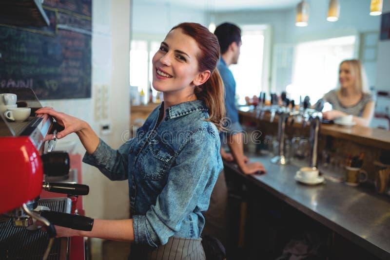 Πορτρέτο της ευτυχούς σερβιτόρας με την ομιλία συναδέλφων στον πελάτη στη καφετερία στοκ φωτογραφίες με δικαίωμα ελεύθερης χρήσης