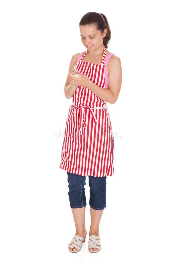 Πορτρέτο της ευτυχούς σερβιτόρας στοκ φωτογραφία με δικαίωμα ελεύθερης χρήσης