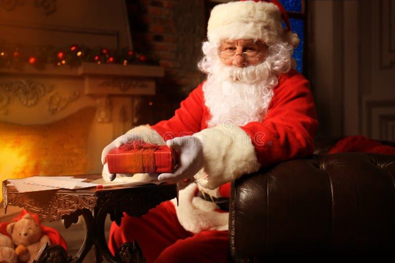 Πορτρέτο της ευτυχούς συνεδρίασης Άγιου Βασίλη στο δωμάτιό του στο σπίτι κοντά στο χριστουγεννιάτικο δέντρο και την επιστολή ή τη στοκ εικόνες με δικαίωμα ελεύθερης χρήσης