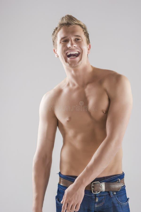 Πορτρέτο της ευτυχούς τοποθέτησης ατόμων χαμόγελου καυκάσιας με το γυμνό κορμό στοκ φωτογραφία με δικαίωμα ελεύθερης χρήσης