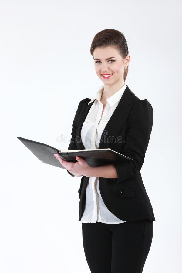 Πορτρέτο της ευτυχούς χαμογελώντας επιχειρησιακής γυναίκας με το μαύρο φάκελλο, isol στοκ εικόνες με δικαίωμα ελεύθερης χρήσης