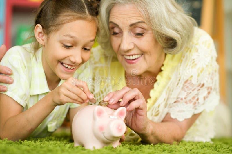 Πορτρέτο της ευτυχούς όμορφης γιαγιάς με την εγγονή στοκ εικόνες