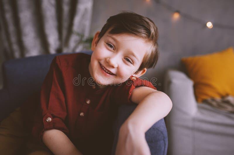 πορτρέτο της ευτυχούς όμορφης μοντέρνης συνεδρίασης αγοριών παιδιών στην καρέκλα στοκ φωτογραφίες με δικαίωμα ελεύθερης χρήσης