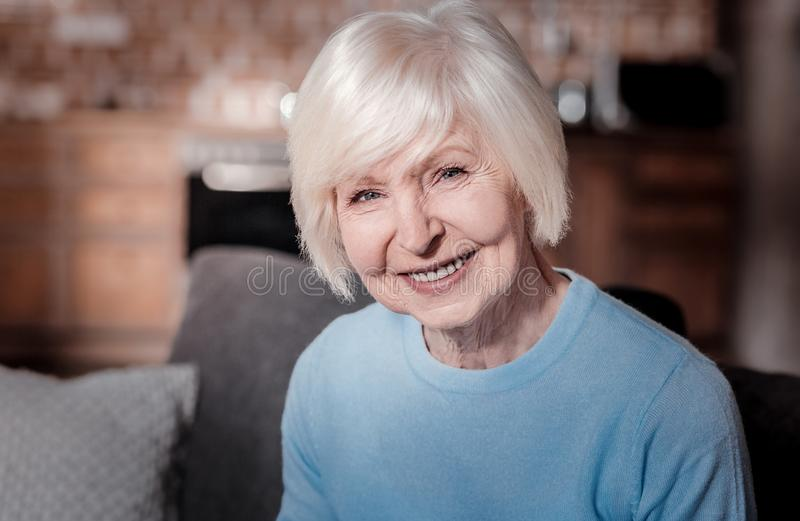 Πορτρέτο της ευτυχούς ώριμης γυναίκας που που εξετάζει σας στοκ εικόνες