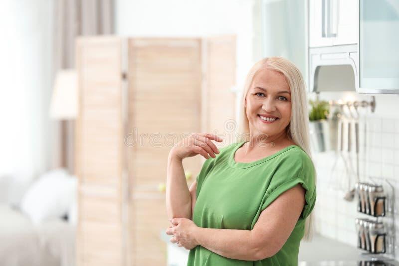 Πορτρέτο της ευτυχούς ώριμης γυναίκας στοκ φωτογραφία με δικαίωμα ελεύθερης χρήσης
