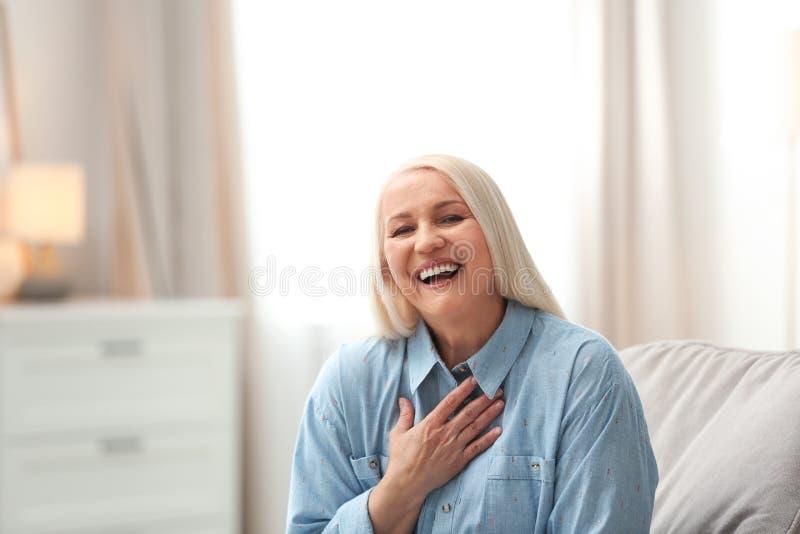 Πορτρέτο της ευτυχούς ώριμης γυναίκας στοκ φωτογραφίες με δικαίωμα ελεύθερης χρήσης