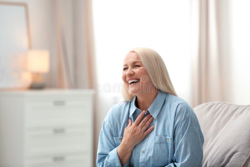 Πορτρέτο της ευτυχούς ώριμης γυναίκας στοκ φωτογραφία