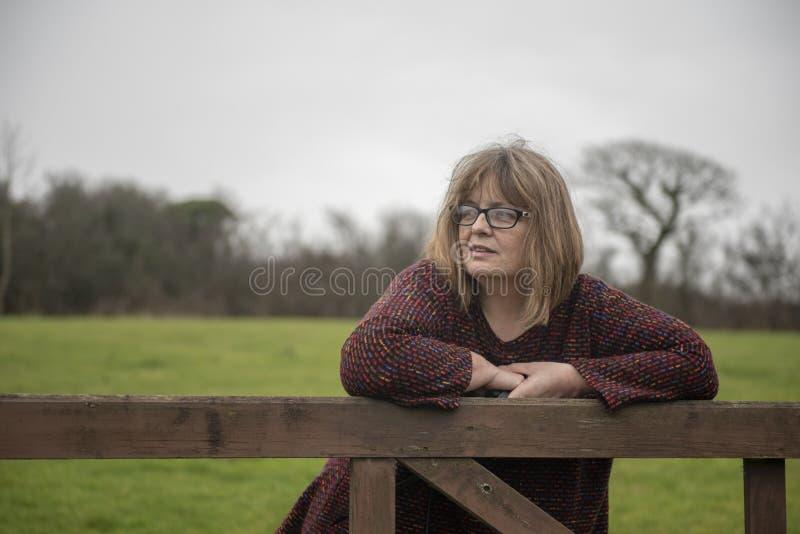 Πορτρέτο της ευτυχούς ώριμης γυναίκας υπαίθρια στοκ φωτογραφία με δικαίωμα ελεύθερης χρήσης