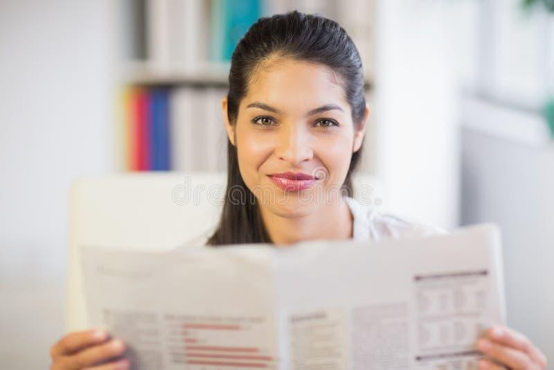 Πορτρέτο της εφημερίδας ανάγνωσης επιχειρηματιών στοκ εικόνες