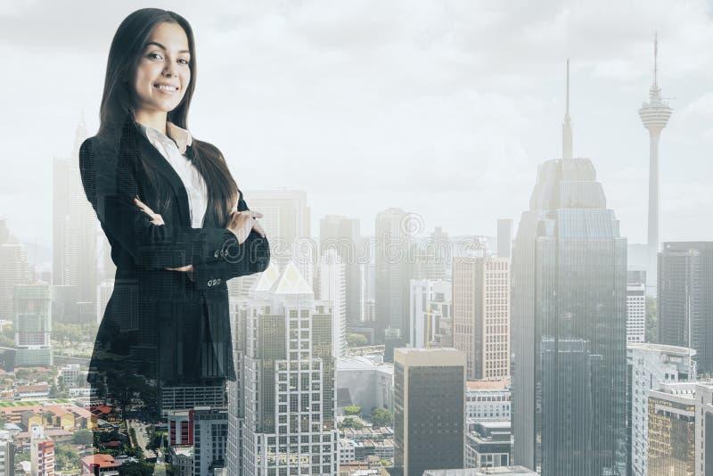 Πορτρέτο της εύθυμης γυναίκας στην πόλη στοκ εικόνα με δικαίωμα ελεύθερης χρήσης