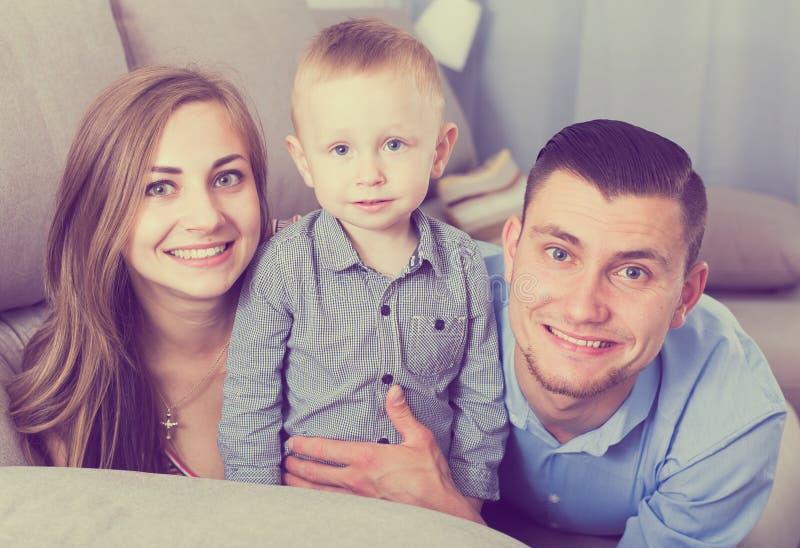 Πορτρέτο της εύθυμης ευτυχούς οικογένειας στοκ εικόνα