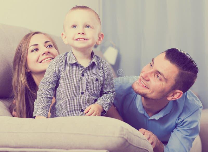 Πορτρέτο της εύθυμης ευτυχούς οικογένειας στοκ φωτογραφίες με δικαίωμα ελεύθερης χρήσης
