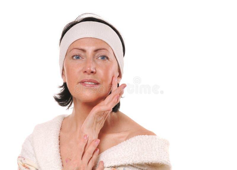 Πορτρέτο της ελκυστικής χαμογελώντας ώριμης γυναίκας στοκ εικόνες με δικαίωμα ελεύθερης χρήσης