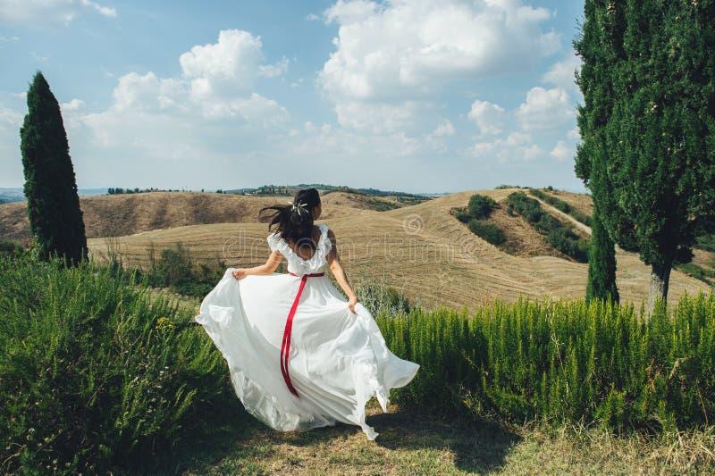 Πορτρέτο της ζάλης της ξανθής νύφης που στέκεται στο μπαλκόνι πριν στοκ εικόνες με δικαίωμα ελεύθερης χρήσης