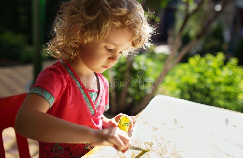 Πορτρέτο της ζωγραφικής μικρών κοριτσιών στοκ εικόνα με δικαίωμα ελεύθερης χρήσης