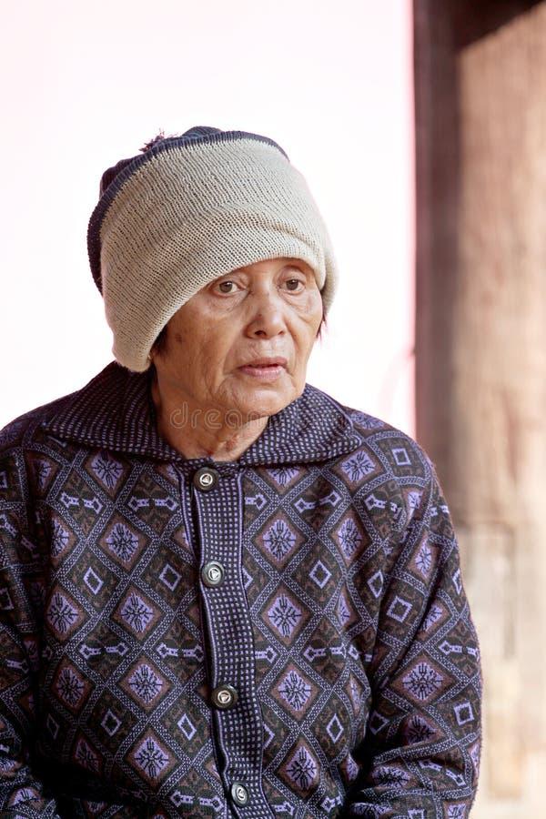 Πορτρέτο της ηλικιωμένης γυναίκας και του κρύου καιρού. στοκ φωτογραφία