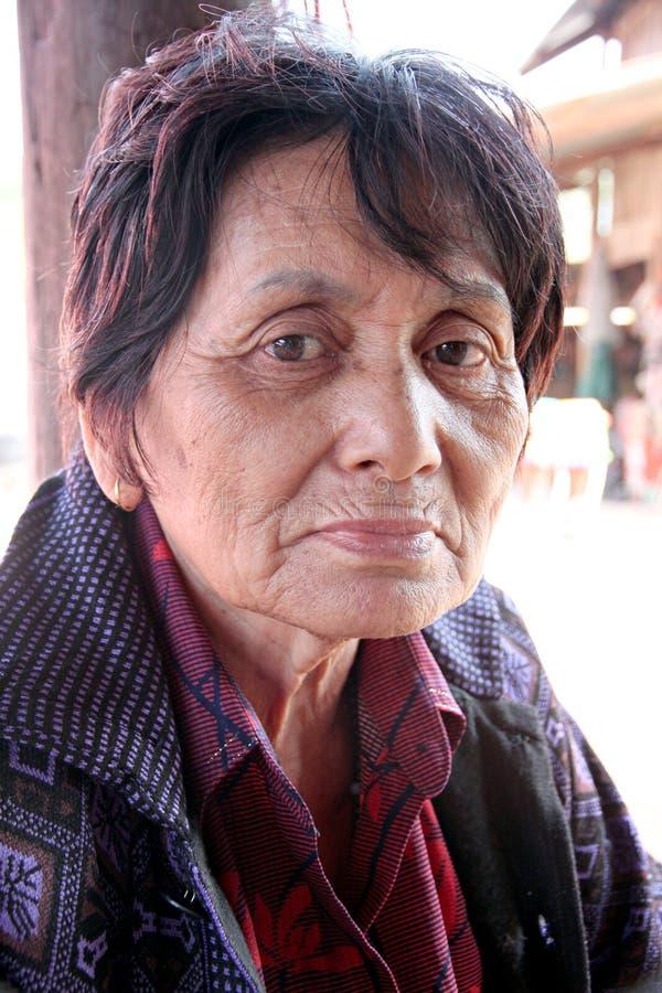 Πορτρέτο της ηλικιωμένης γυναίκας στην επαρχία. στοκ εικόνες με δικαίωμα ελεύθερης χρήσης