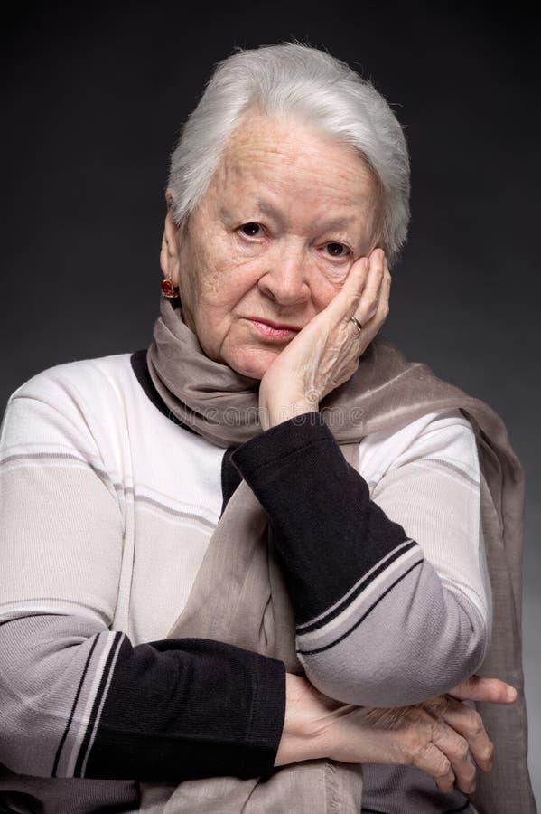 Πορτρέτο της ηλικιωμένης σκεπτικής γυναίκας στοκ εικόνες