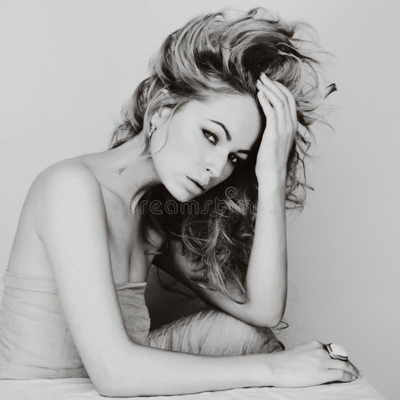 Πορτρέτο της καυκάσιας νέας γυναίκας με τα ξανθά μαλλιά, όμορφο μάτι στοκ εικόνες