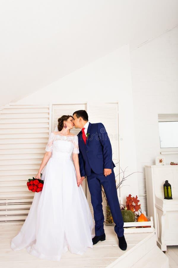 Πορτρέτο της καυκάσιας νύφης και του ασιατικού νεόνυμφου στο εσωτερικό στοκ φωτογραφία με δικαίωμα ελεύθερης χρήσης