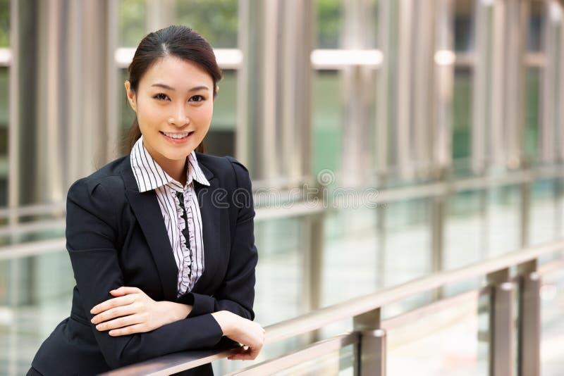 Πορτρέτο της κινεζικής επιχειρηματία έξω από το γραφείο στοκ φωτογραφία με δικαίωμα ελεύθερης χρήσης