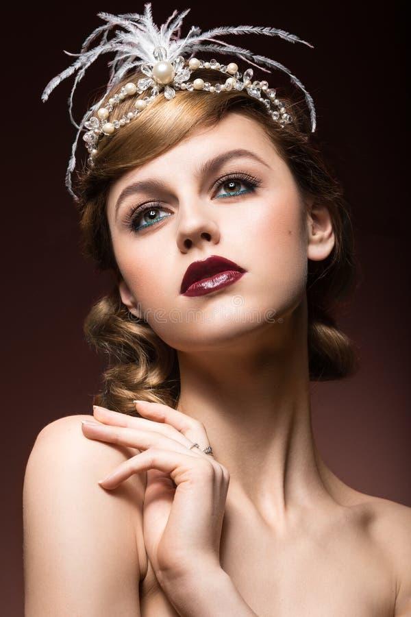 Πορτρέτο της κομψής αναδρομικής γυναίκας με την όμορφη τρίχα και τα σκοτεινά χείλια Πρόσωπο ομορφιάς στοκ φωτογραφίες