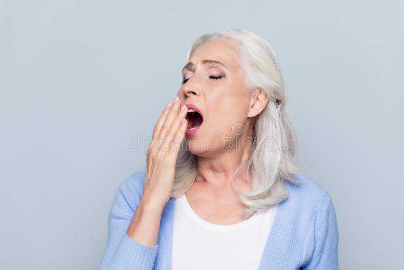 Πορτρέτο της κουρασμένης, τρυπημένης, ελκυστικής, ηλικίας, οκνηρής γυναίκας στο closi στοκ εικόνα
