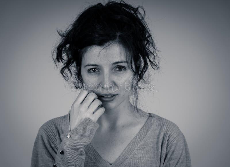 Πορτρέτο της λυπημένης και καταθλιπτικής γυναίκας Στούντιο που πυροβολείται στο ευμετάβλητο φως r στοκ εικόνα με δικαίωμα ελεύθερης χρήσης