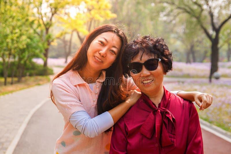 Πορτρέτο της μητέρας και της κόρης στη φύση στο ηλιοβασίλεμα στοκ εικόνες