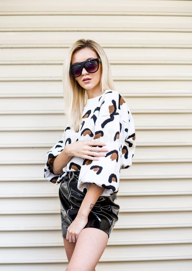 Πορτρέτο της μοντέρνης νέας γυναίκας στα μοντέρνα ενδύματα και τα γυαλιά ηλίου στοκ φωτογραφία με δικαίωμα ελεύθερης χρήσης