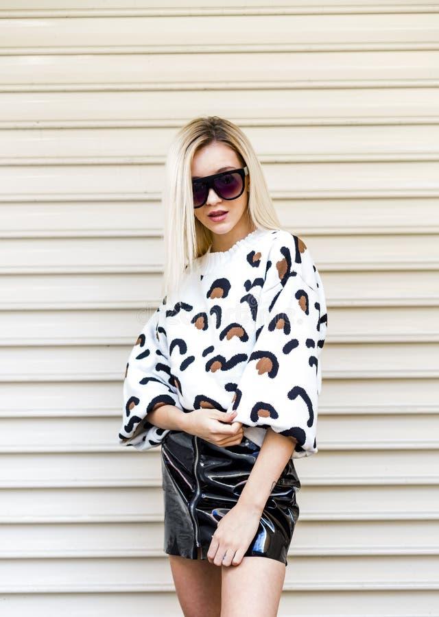 Πορτρέτο της μοντέρνης νέας γυναίκας στα μοντέρνα ενδύματα και τα γυαλιά ηλίου στοκ φωτογραφίες
