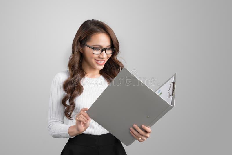 Πορτρέτο της νέας βέβαιας ασιατικής επιχειρησιακής γυναίκας με το φάκελλο στοκ φωτογραφίες