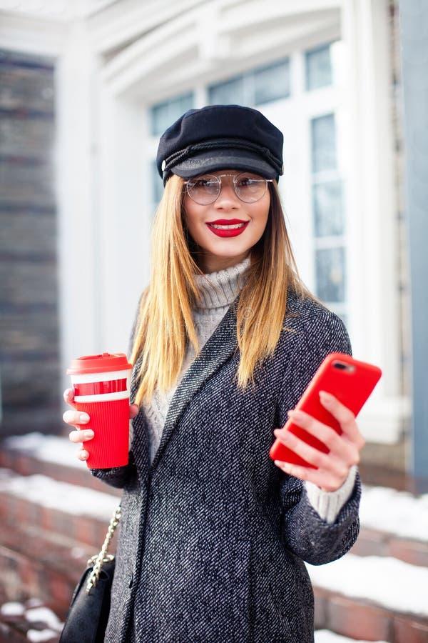 Πορτρέτο της νέας γοητευτικής γυναίκας που φορά τα μοντέρνα γυαλιά, επιχειρησιακή κυρία στο κομψό σακάκι, χαριτωμένος σπουδαστής  στοκ εικόνες