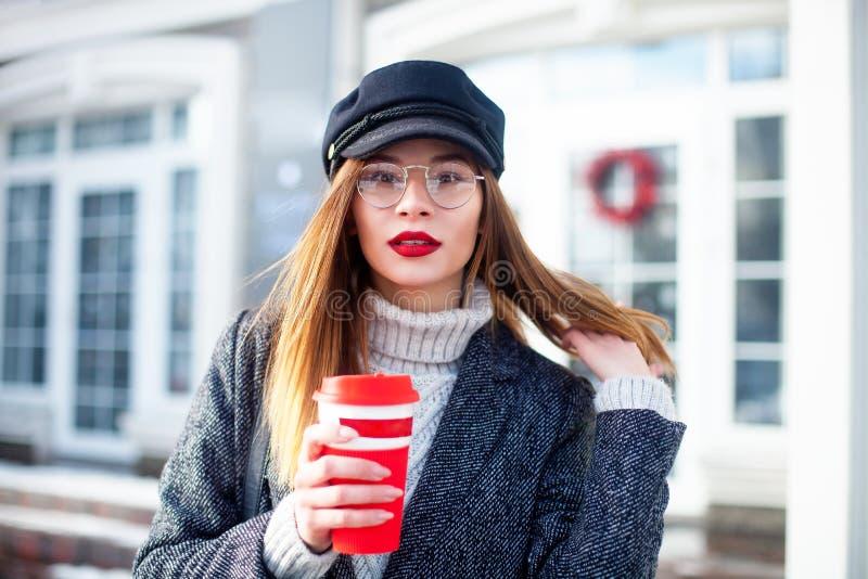 Πορτρέτο της νέας γοητευτικής γυναίκας που φορά τα μοντέρνα γυαλιά, κόκκινα χείλια, επιχειρησιακή κυρία στο κομψό σακάκι, χαριτωμ στοκ φωτογραφίες με δικαίωμα ελεύθερης χρήσης