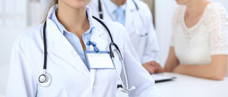 Πορτρέτο της νέας γυναίκας γιατρών στο νοσοκομείο Ισπανικό ή λατινοαμερικάνικο προσωπικό στην ιατρική r στοκ εικόνα με δικαίωμα ελεύθερης χρήσης
