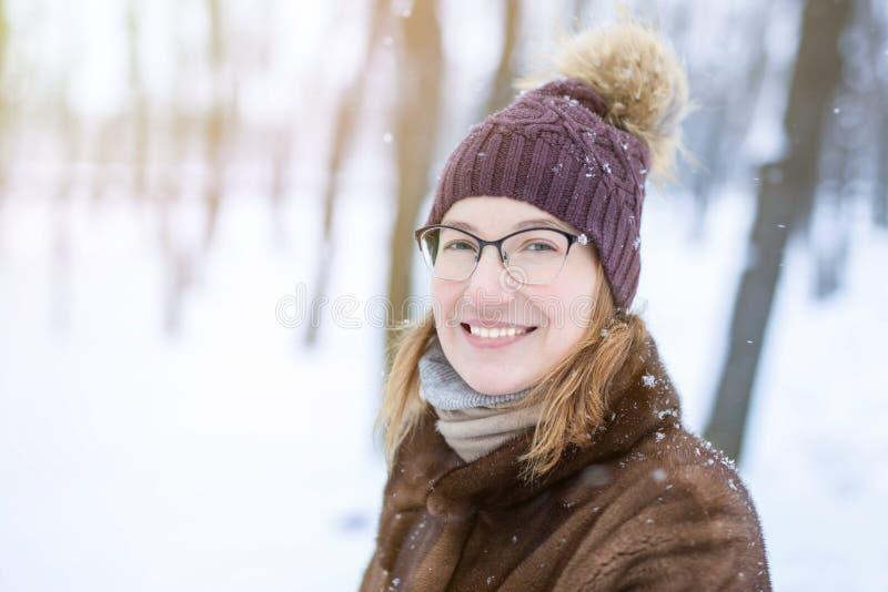 Πορτρέτο της νέας γυναίκας κατά τη διάρκεια του περιπάτου στο χειμώνα στοκ φωτογραφίες