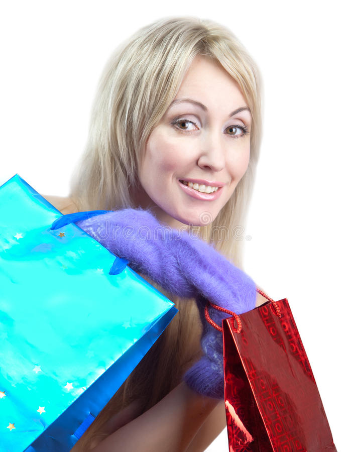 Πορτρέτο της νέας γυναίκας με μια μακριά δίκαιη τρίχα με τις συσκευασίες στα χέρια στοκ φωτογραφία με δικαίωμα ελεύθερης χρήσης