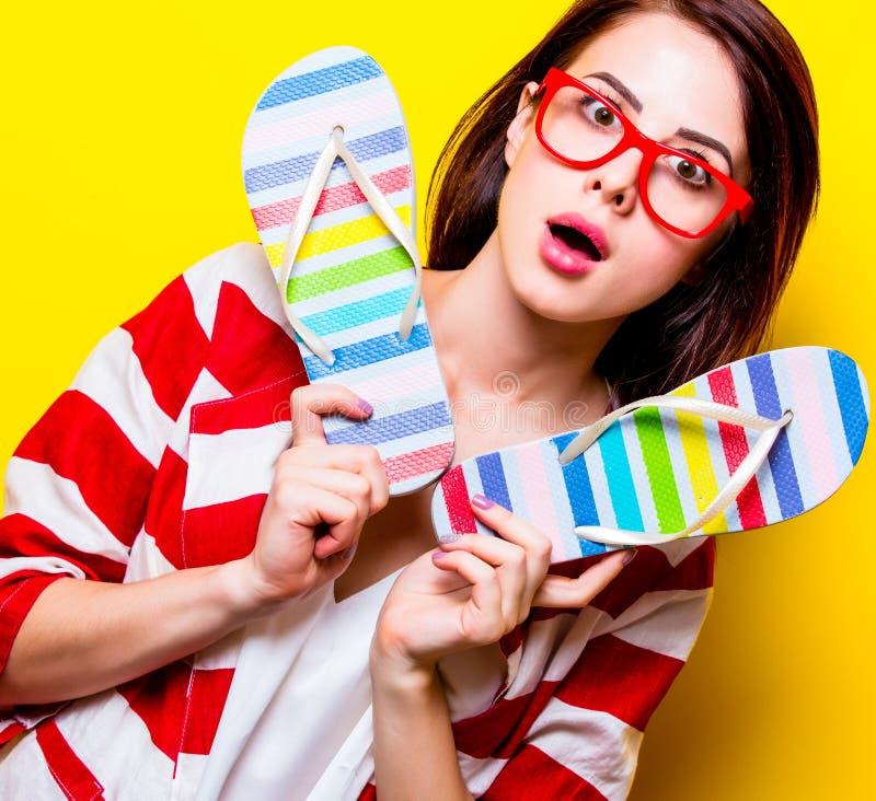 Πορτρέτο της νέας γυναίκας με τα σανδάλια στοκ εικόνα με δικαίωμα ελεύθερης χρήσης