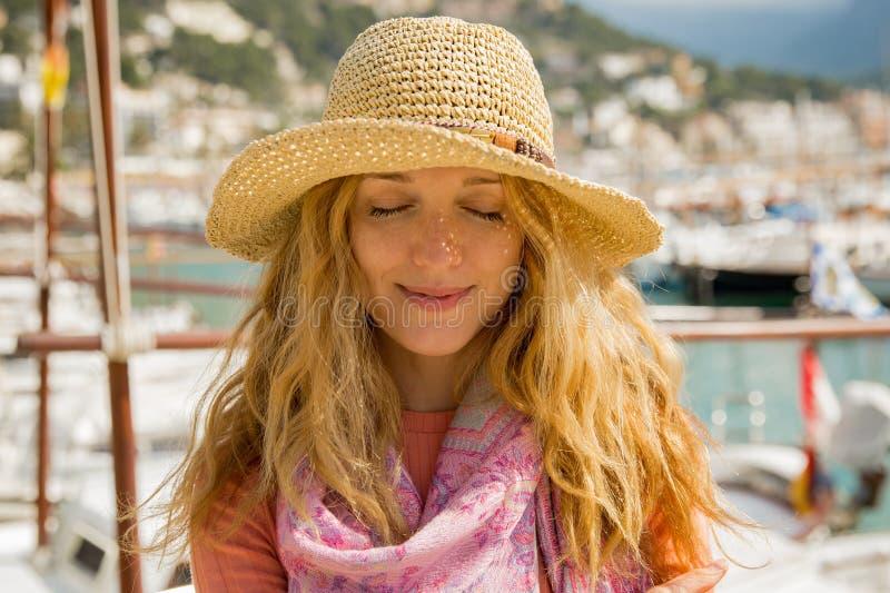 Πορτρέτο της νέας γυναίκας με την ελαφριά σγουρή τρίχα στο καπέλο αχύρου στοκ εικόνα με δικαίωμα ελεύθερης χρήσης