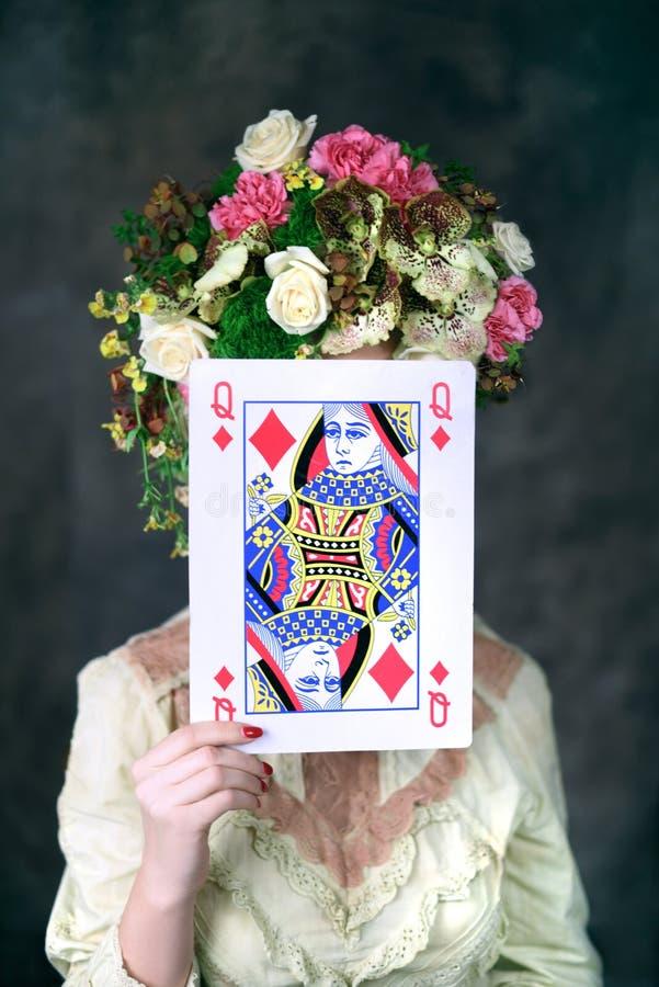 Πορτρέτο της νέας γυναίκας με την κάρτα που καλύπτει το πρόσωπο στοκ εικόνες