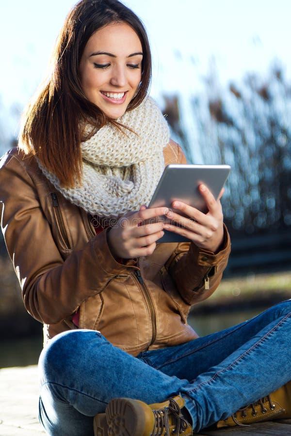Πορτρέτο της νέας γυναίκας με την ψηφιακή ταμπλέτα στοκ εικόνες