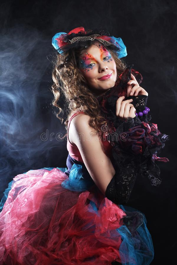 Πορτρέτο της νέας γυναίκας με τη δημιουργική σύνθεση στο ύφος κουκλών στοκ φωτογραφίες