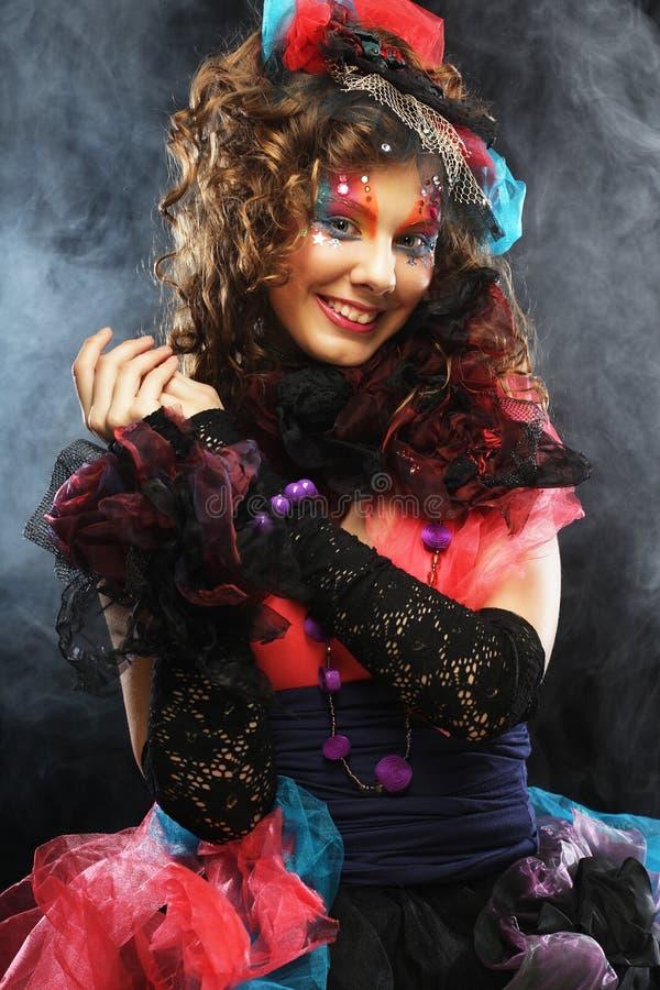 Πορτρέτο της νέας γυναίκας με τη δημιουργική σύνθεση στο ύφος κουκλών στοκ εικόνες