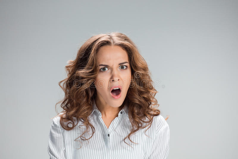 Πορτρέτο της νέας γυναίκας με τη συγκλονισμένη έκφραση του προσώπου στοκ φωτογραφία με δικαίωμα ελεύθερης χρήσης